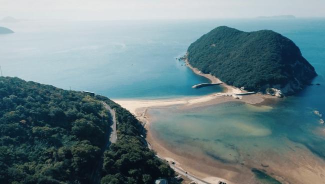 丸山島と干潮時に現れる砂の道