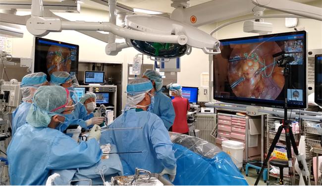 札幌医科大学医局にいる竹政伊知朗教授からリアルタイム指導を受ける九州大学病院手術室