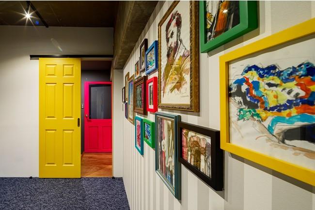 16枚の額装されたスケッチは、壁に完全固定されている壁画