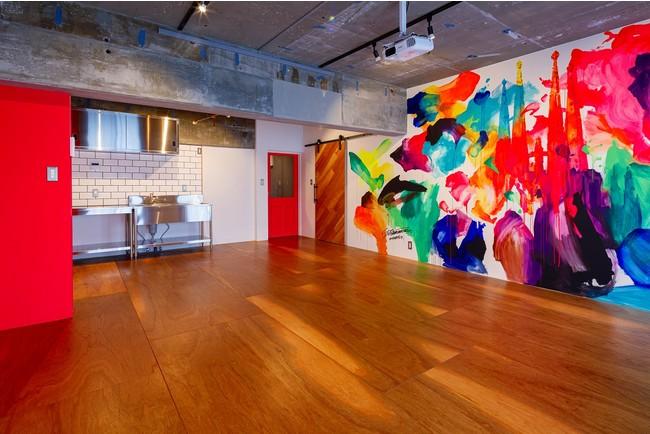 コンクリート打ちっぱなしの空間にダイナミックな壁画