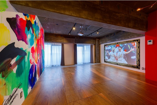 手描きの額縁が描かれている100インチ超の大画面プロジェクター投影壁