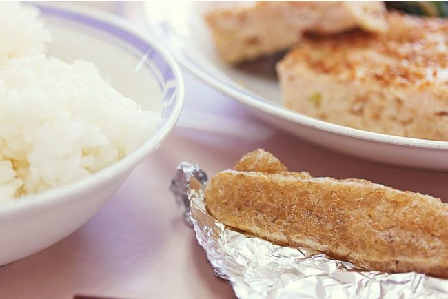 玄米スティックの学校給食の様子