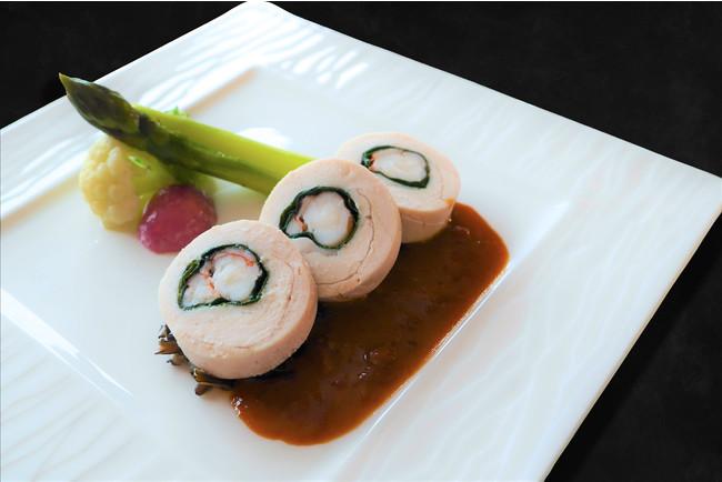 ▲鶏肉とオマール海老のマリアージュ 季節の温野菜 ソース・アメリケーヌ