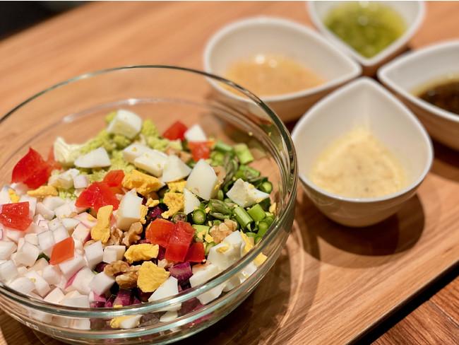 スプーン一本で食べやすいチョップドサラダと各種ドレッシング