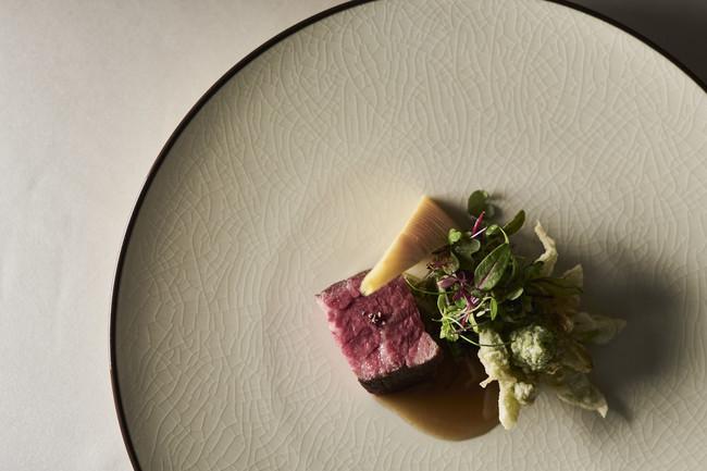 御代田から車で20分ほどの東御市に位置する「牧舎みねむら」で育まれた、「信州プレミアム牛肉」を使ったひと皿。