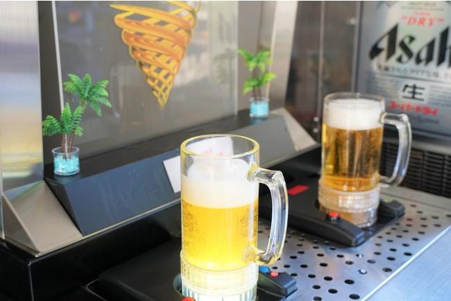 グラスの底から渦巻きながらビールが沸き上がるトルネードビール