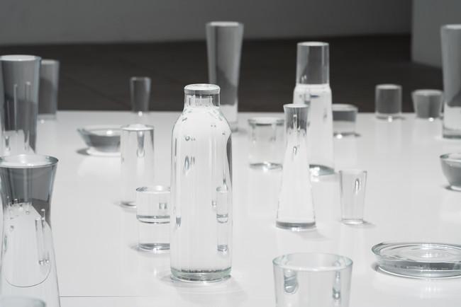 上村洋一 phantom power 2019年 サウンド・インスタレーション 流氷を溶かした水、グラス、ウーファースピーカー、鉄板、サウンド Photo by Ken Kato