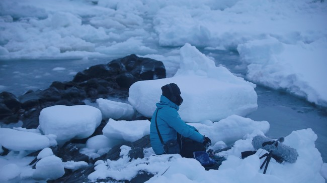 上村洋一 知床オホーツク海の流氷のフィールド・レコーディングの様子 2020年 Photo by Takehito Koganezawa