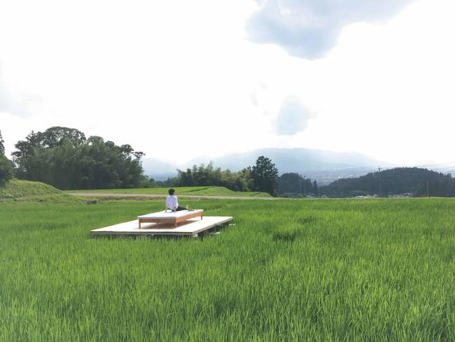 水田の真ん中に設置されたくつろぎスペース。松本市街地を見渡すことができる絶好のロケーション。