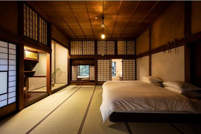 天井が高くゆったりとした空間。大玄関からは殿様気分でお庭を眺められます。