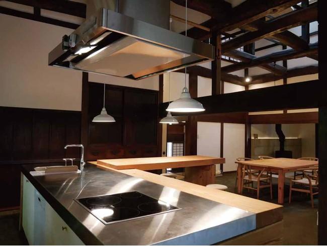 広々としたキッチンと美しい梁のある空間