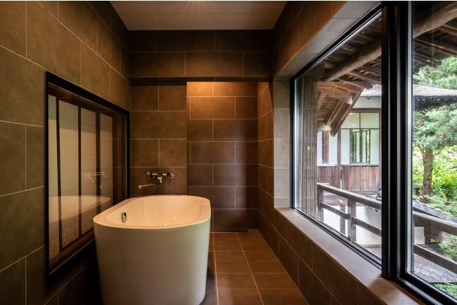 お座敷横の広縁を浴室に改築。窓からは庭園を臨むことができる