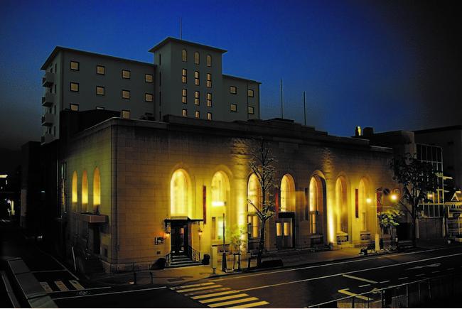 手前の建物は登録有形文化財旧第一勧業銀行松本支店。奥に見えるのが松本丸の内ホテル。松本城から徒歩3分の立地。