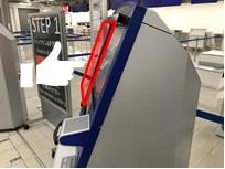 センサーから発出する赤外線が指を感知して触れずに画面を操作