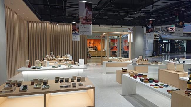 京都府指定工芸品目を始めとし、漆器や陶器、和雑貨、清酒、コーヒーなどの府内の事業者が参加し、約200点が並ぶ。