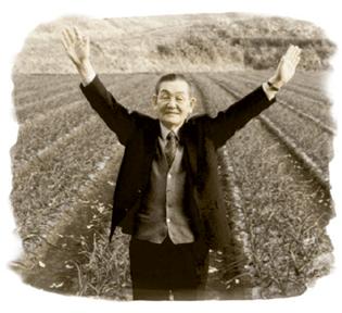▲にんにく畑の前に立つ創業者・本多荘輔