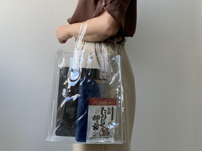 ▲社内では透明バッグを使用することで、個人の持ち物が分かるようになっている