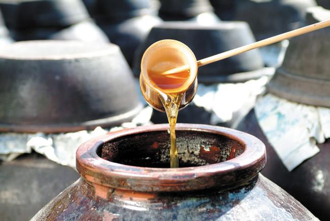 ▲自然の力と熟練された職人の技で、琥珀色の黒酢が出来上がる