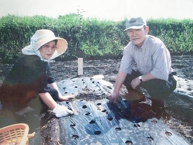 妻、泰子とにんにくの植え付け作業に勤しむ