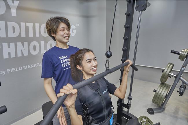 EMSに加えウエイトマシンも完備した銀座店のトレーニングの様子。