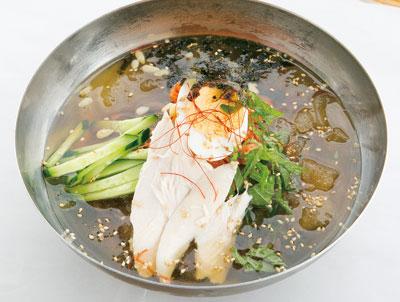 豊後大野ので人気の韓国料理店では、キーンと冷たい本格韓国冷麺