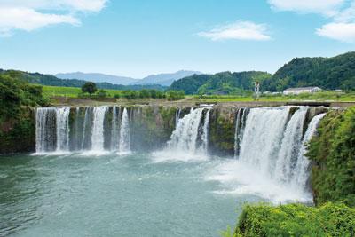 のどかな田園風景にドーンと現れる滝!