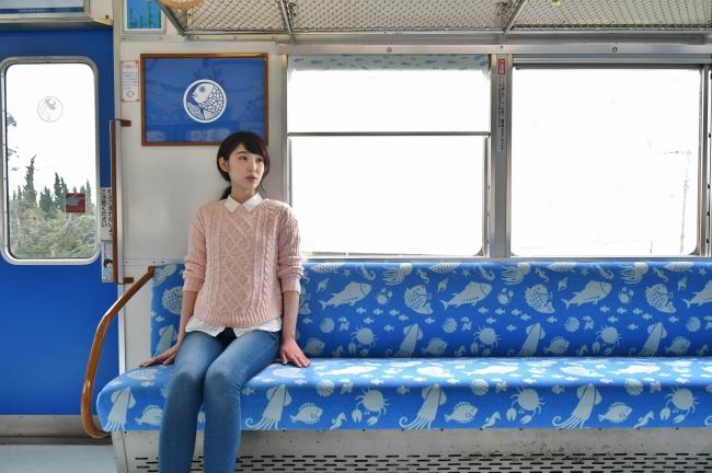 2017年10月に水色が加わった、南海和歌山市駅と加太駅を結ぶ「めでたいでんしゃ」