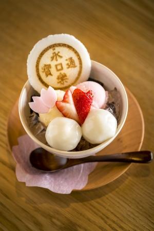 人気店の春パフェ食べ比べも!永楽屋 喫茶室の楽・桜かほるパフェ¥980