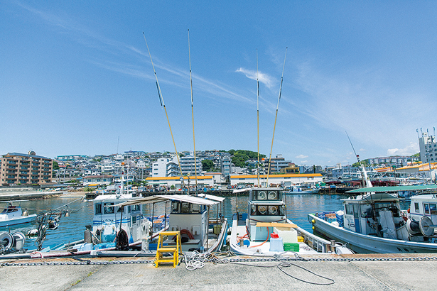 特集「海街をあるく旅」より、兵庫・明石の塩屋港。明石では「魚の棚商店街」や「舞子公園」を紹介