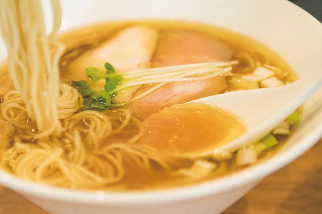 """醤油No.1と呼び声の高い""""はかた地どり""""の清湯スープが自慢「地鶏らーめん はや川」"""