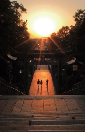 玄界灘からまっすぐに参道を照らす神々しい「光の道」