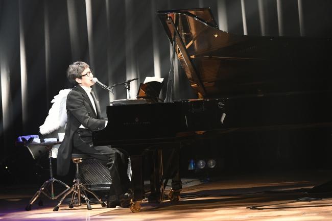 弾けるピアノ演奏で観客を魅了するKAN 撮影/土屋 拓