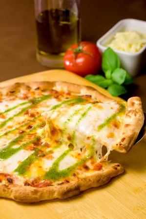 ガストの人気ピザもクーポンで100円OFFとお得に楽しめる!