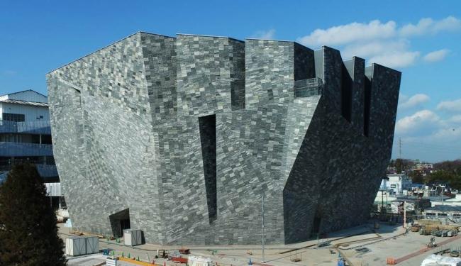 """ついに外観がヴェールを脱いだ """"石""""の超建築 「角川武蔵野ミュージアム」! 2020年の建築レガシー、所沢に出現!!"""