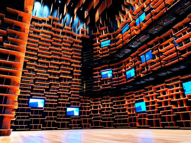 「本棚劇場」の巨大本棚空間 (C) 角川武蔵野ミュージアム