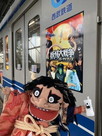 数えきれないほどの妖怪たちが電車に勢ぞろい。