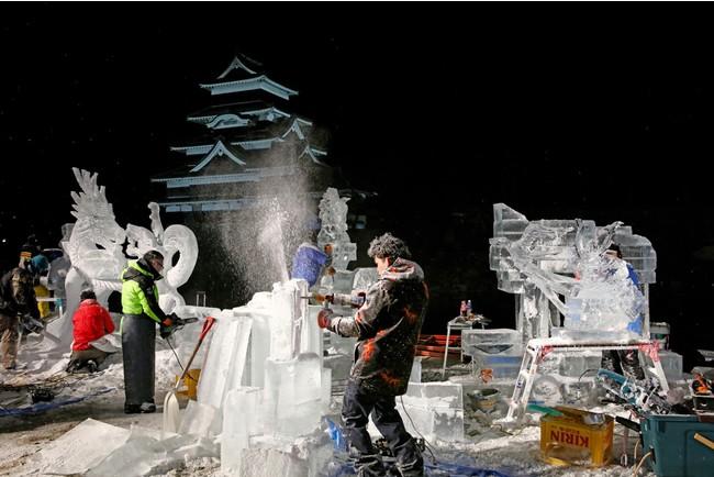 夜通し行われる氷像彫刻
