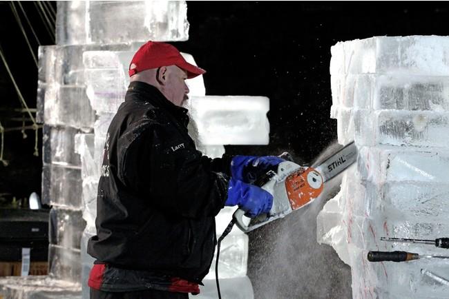 チェーンソーで氷を削るパワフルなパフォーマンス