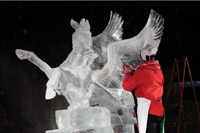 氷が織り成す繊細で立体的な彫刻