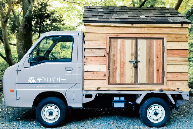 荷台が木材でつくれたかわいらしい軽トラックでデリバリー