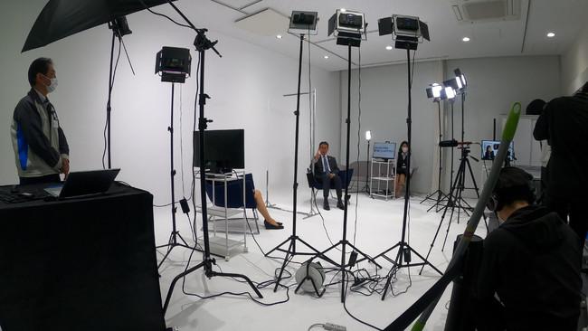 『AAA Studio』で事業報告動画を撮影している様子