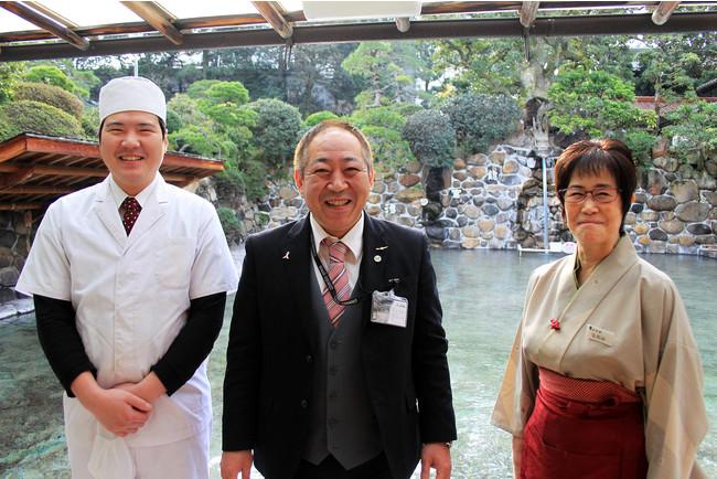 左から、川崎祐嗣さん、高永佳明 支配人、桜井直美さん