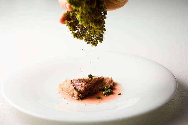 マグロと玉ねぎ マグロの喉肉 炭火焼きの香り 紫玉ねぎのソース シチリア産有機オレガノ