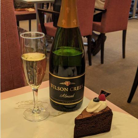 アーモンドスパークリングワインとアマンド六本木店のケーキ
