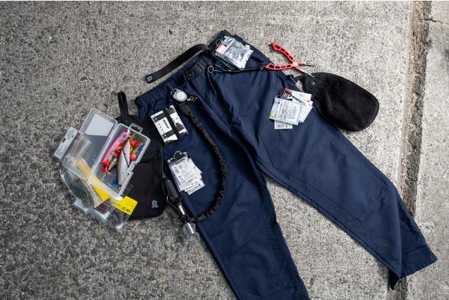 バス釣りに使ってみました。オプションの「KOBANZAME」(※後述)も併用で、これだけの道具をそれぞれのポケットに分けて収納できました。写真には写っていませんが、後ろポケットに「財布」「スマホ」も入っています。