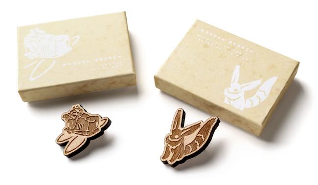 木製ブローチ (左:天空の城ラピュタ、右:風の谷のナウシカ)各1,320円 作中の象徴的なシーンをデザインした ユニセックスで使える木製ブローチ。