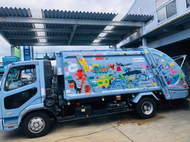 「楽しくゴミを拾う生き物たち」を描いた収集車