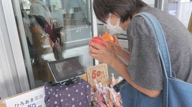 駄菓子屋では、「通い」を利用する高齢者がタブレットを活用して非接触の店番を行うこともあります