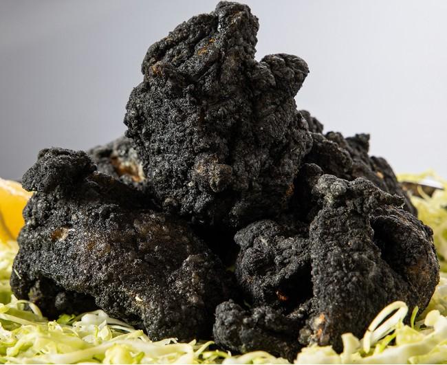炭鉱の町 筑豊の石炭をイメージして竹炭を使用した唐揚げ『黒ダイヤ』