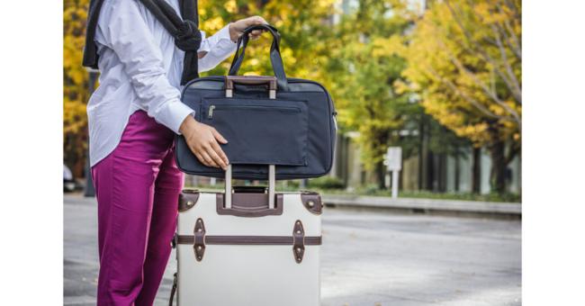 このようにスーツケースに固定すればバッグがずれ落ちる心配もありません。
